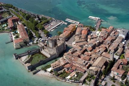 Sirmione, centro turistico e termale di fama internazionale. Informazioni su B&B, agriturismo, residence e hotel.